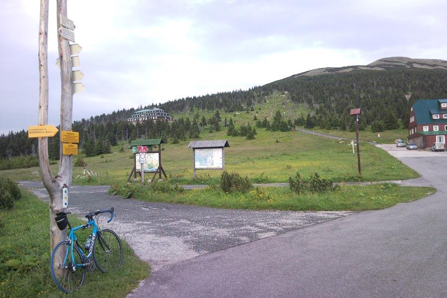 Przełęcz Karkonoska - Widok z przełęczy na schronisko Odrodzenie